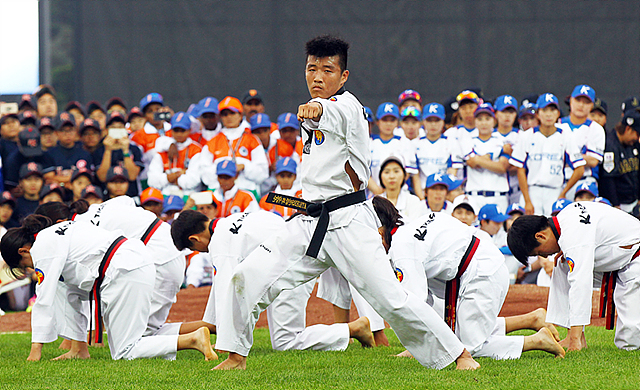 'LG후원 WBSC 2016 기장여자야구월드컵' 개막식에서 진행된 태권도 시범단의 공연 모습입니다.