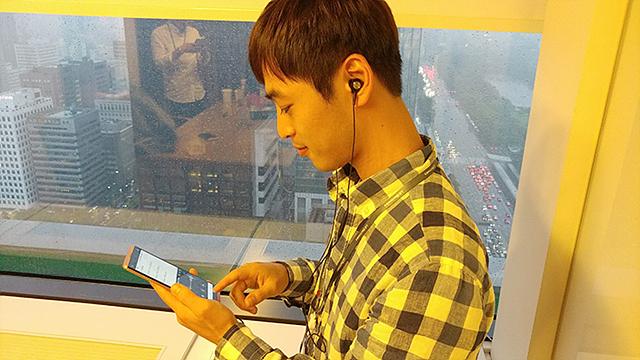 V20로 음악을 듣고 있는 모습