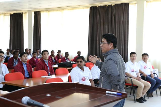 LG KOICA 직업훈련학교 학생들과 대화를 나누고 있는 최용근 LG전자 걸프법인장