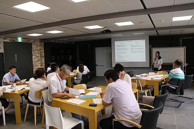 사전교육을 받고 있는 LG 직원들의 모습