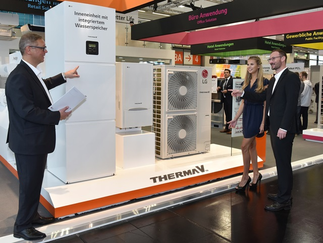 : LG전자가 독일 뉘렌베르크에서 현지시간 11일 개막해 13일까지 열리는 공조 전시회 '칠벤타(Chillventa) 2016'에 참가해 친환경∙고효율 기술을 집약한 공조 제품을 대거 선보였다. LG전자 직원(좌)이 관람객에게 공기에서 에너지를 얻는 고효율 히트펌프로 주거 공간의 난방, 온수 공급 등에 특화한 난방 제품인 '써마브이'를 소개하고 있다.