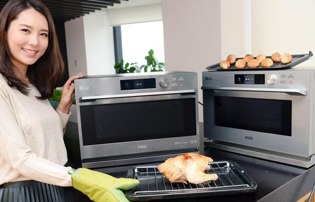 서울 영등포구 여의대로 LG 트윈타워에서 모델이 조리시간은 빨리지고 전기 사용량은 줄인 디오스 광파오븐 신제품을 소개하고 있다. 신제품은 9가지 조리기기가 갖고 있는 기능을 모두 탑재해 재료에 맞춰 272가지의 요리가 가능하다.