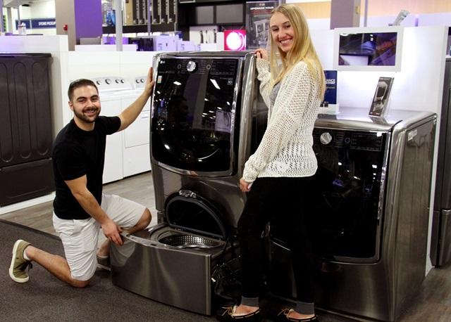고객들이 미국 뉴저지에 위치한 베스트바이(Best Buy) 매장에서 LG 트윈워시를 살펴보고 있다. LG전자는 올해 3분기까지 미국 드럼세탁기 시장에서 1위를 기록하며 10년 연속 1위 달성을 눈앞에 두고 있다.
