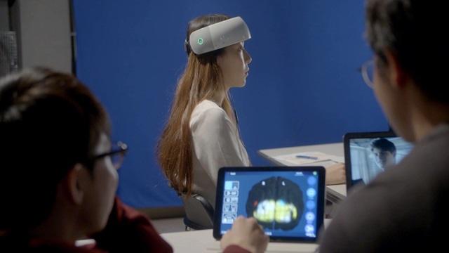 연구팀이 실험 참가자의 뇌 산소 활성화 변화를 측정하고 있다. 사진은 영상 캡쳐 화면