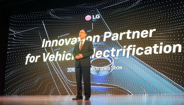 LG전자 VC사업본부장 이우종 사장이 자동차 부품 개발의 새로운 패러다임에 대해 소개했다. 이우종 사장이 26일 코엑스에서 진행된 GM의 '한국전자전 2016 개막 기조연설'에서 4명 연설자 중 마지막 주자로 나와 '전기차 핵심부품 파트너로서의 LG전자 비전'을 주제로 발표하고 있다.