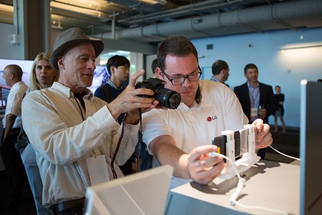LG전자가 28일(현지 시간) 전략 스마트폰 'V20'를 미국, 캐나다 이동통신사들을 통해 출시하며 북미시장을 공략한다. 지난 9월 미국 미국 샌프란시스코에서 열린 'V20' 공개행사에서 외신 기자들이 제품을 살펴보고 있는 모습.