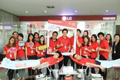 LG전자 태국법인 임직원들이 지난 달 진행된 '라이프스 굿 위드 LG(Life's Good with LG) 헌혈캠페인'에 참여 후 기념사진을 찍고 있다