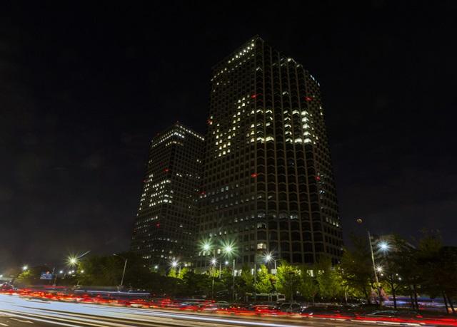 LG전자가 지난 8일부터 여의도 LG트윈타워에서 점등광고 'V20 타임'을 실시했다. LG전자는 오는 11월 11일까지 밤 9시부터 자정까지 LG트윈타워 건물 전면에 사무실 실내 조명을 이용, 'V20'를 형상화해 노출할 예정이다.