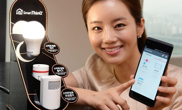 서울 영등포구 여의대로 LG 트윈타워에서 모델이 스마트 전구, 스마트 플러그, 모션센서 등 사물인터넷 연동기기 3종을 소개하고 있다.