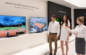 지난달 독일에서 열린 IFA 2016에서 관람객들이 LG전자 부스에서 HDR 영상을 감상하고 있다. LG 올레드 TV는 완벽한 블랙을 표현할 수 있기 때문에 현존하는 TV 중 HDR를 가장 잘 구현한다는 평가를 받고 있으며 HDR 10, 돌비비전 등 다양한 규격의 HDR을 완벽하게 구현한다.