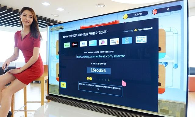 LG전자가 4일 글로벌 온라인 결제서비스 회사인 페이먼트월(Paymentwall)과 손잡고 LG 웹OS TV 전용 결제서비스를 시작했다. 세계 200여 국가에서 사용할 수 있으며 결제방법은 140개가 넘는다.LG전자는 스마트 TV 사용자와 개발자 모두에게 혜택이 돌아가는 서비스로 스마트 TV 생태계를 강화할 계획이다. 4일 LG 트윈타워에서 LG 웹OS TV 전용 결제 시스템을 소개하고 있다.