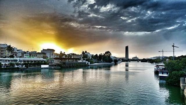 LG G5 일반각 카메라로 촬영한 세비야 강변의 노을지는 풍경