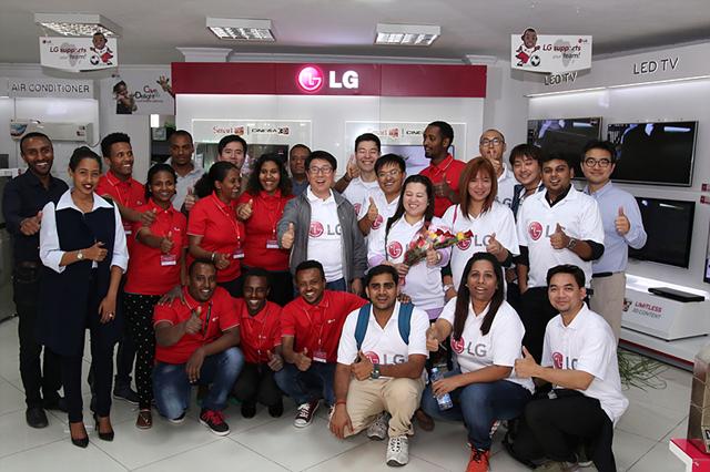 LG 브랜드 샵을 방문하고 있는 LG전자 걸프법인 우수사원들