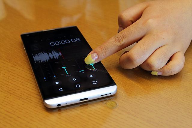 원음에 가까운 사운드 재생이 가능한 LG V20 화면을 손가락으로 터치하는 장면