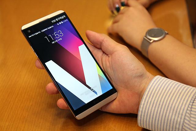 LG V20에서는 서명의 첫 글자를 가져오는 시그니처 월페이퍼 기능을 제공하고 있습니다.