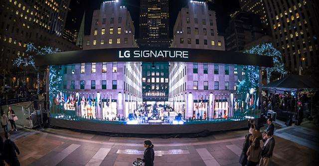 뉴욕 맨해탄의 중심부 록펠러센터에 설치된 LG SIGNATURE 갤러리