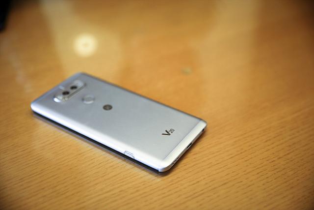 LG V20 뒷면