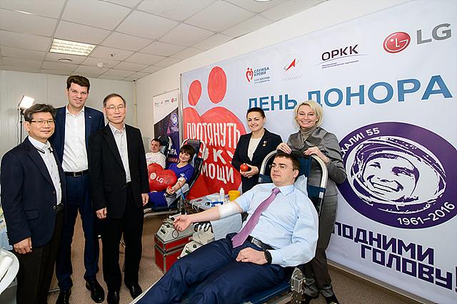 임직원들과 함께하는 헌혈에 참여하고 있는 모습