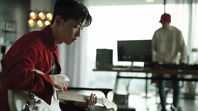 기타를 연주하고 있는 그레이의 모습