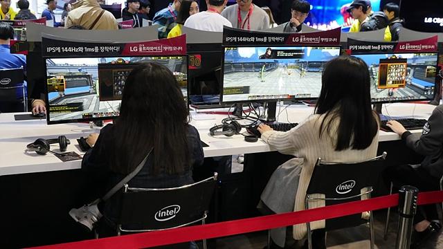 21:9 울트라와이드 게이밍 모니터(34UC79G)로 게임을 즐기고 있는 모습