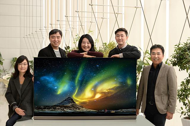 LG SIGNATURE(시그니처) 올레드 TV를 만든 디자이너들. 좌측부터 박선하 책임, 김종호 수석, 이나리 선임, 김영경 선임, 한영수 수석
