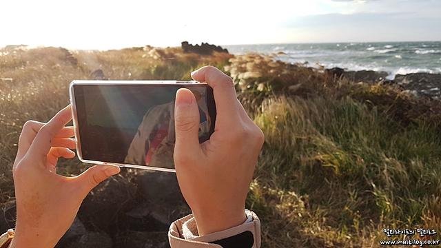 V20로 제주도의 풍경을 촬영하고 있는 모습