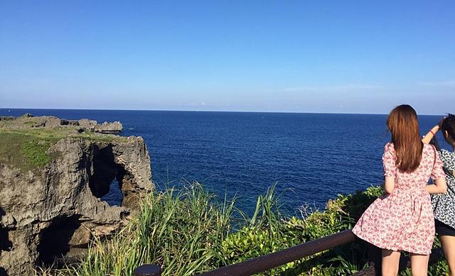 박나리 사원이 바다를 바라보고 있는 모습