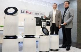 LG전자가 17일 서울 영등포구 여의대로 LG트윈타워에서 LG전자 대표이사 H&A사업본부장 조성진 사장(왼쪽), 한국영업본부장 최상규 사장(오른쪽)이 대용량, 고성능의 퓨리케어 360도 공기청정기를 소개하고 있다.