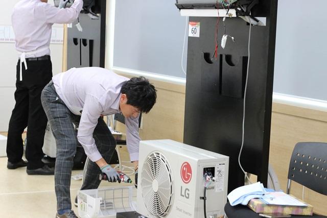 지난 11일 경기도 평택 소재 LG전자 러닝센터에서 열린 '2016 서비스 기술 올림픽'에 참석한 서비스 엔지니어들이 기술을 겨루고 있다.