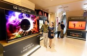 LG전자가 이달 초부터 다음달까지 서울 송파구에 위치한 샤롯데씨어터에서 올레드 TV의 화질을 감상할 수 있는 체험존을 운영한다. 관람객들이 LG SIGNATURE(LG 시그니처) 올레드 TV를 살펴보고 있다.