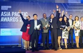 LG전자가 세계적 권위의 구매협회로부터 글로벌 구매 혁신 경쟁력을 인정받았다. 지난 3일 싱가풀에서 열린 아시아 태평양지역 구매 리더상 시상식에서 LG전자 전략구매/GP FD 엄재웅 상무(왼쪽에서 두 번째)가 다른 수상자들과 함께 환호하고 있다.