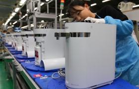 LG전자 직원이 29일 경남 창원시에 위치한 정수기 생산라인에서 퓨리케어 슬림 정수기를 생산하고 있다.