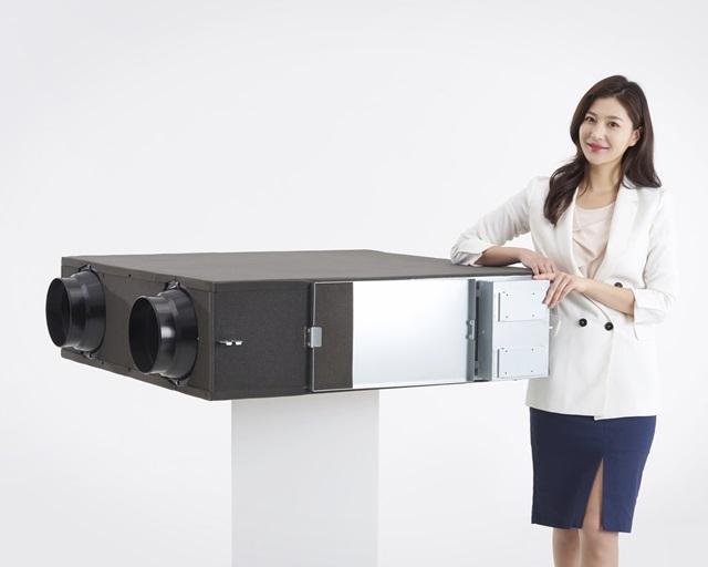 LG전자 모델이 경남 창원시에 위치한 LG전자 창원공장에서 환기시스템을 소개하고 있다. 신제품은 실내 공기상태와 외부 온도를 감지한 후 스스로 작동하기 때문에 사용하기 편리하고 에너지 사용량도 줄여주는 것이 특징이다.