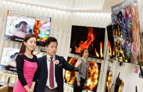 LG전자가 11월 한 달 동안 전국 판매점에서 TV 총결산 세일을 진행한다. 65인치 울트라 올레드 TV(65EG9600)를 처음으로 500만원 대에, 슈퍼울트라HD TV는 55인치 제품(55UH6880)을 164만원에, 65인치 제품(65UH6080)을 209만원에 판매한다. 고객들이 서울 강남구 청담동 LG베스트샵 강남본점에서 올레드 TV를 살펴보고 있다.