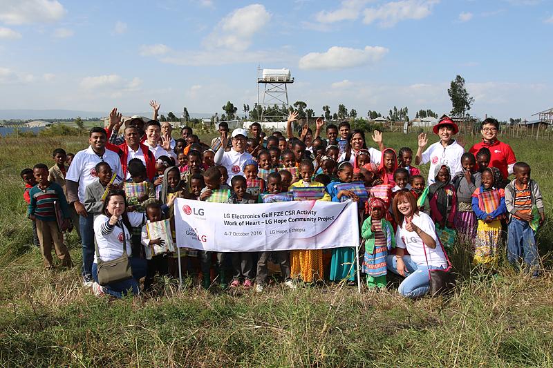 LG전자 걸프법인 직원들과 주민들의 단체 사진
