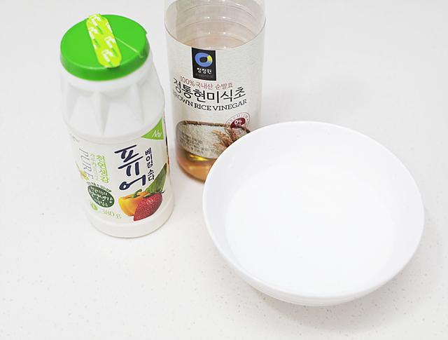 김치냉장고 내부를 청소하기 위해서 준비한 베이킹소다, 식초, 물 1컵 준비한 모습