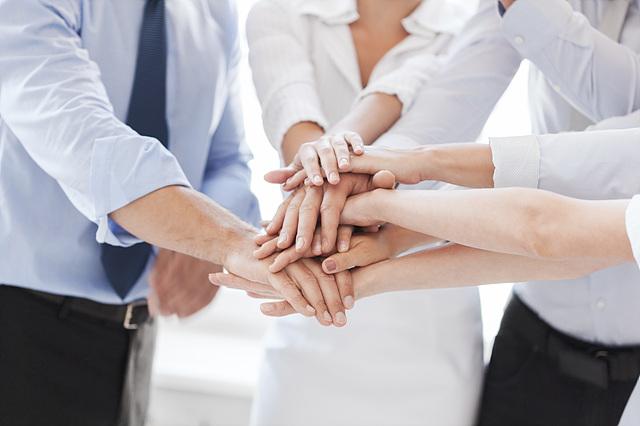 손을 모으고 있는 직장인들의 모습