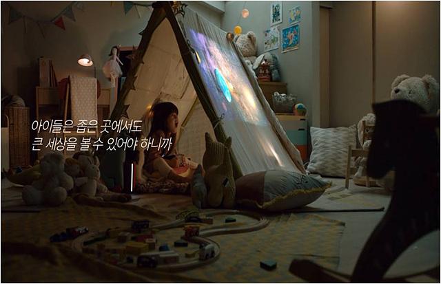 LG 미니빔TV 광고 촬영 컷 2 - 텐트 속에서 미니빔TV로 영상을 보는 장면