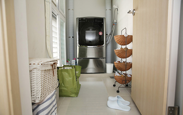 LG 트롬 세탁기가 놓여 있는 세탁실 내부의 모습