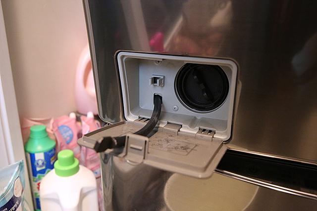 세탁기에 고여 있는 물을 뺄 수 있는 LG 트롬 세탁기