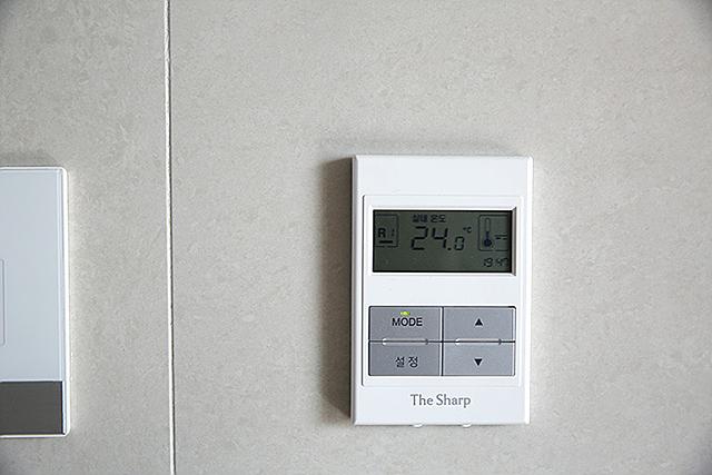 집안 실내 온도를 측정해주는 온도계의 모습