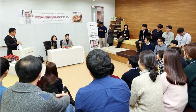 이경환&허경환과 김치톡톡의 맛있는 만남 - 직원들과의 이야기를 나누고 있는 모습
