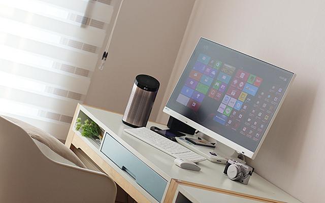 책상 위에 LG 스마트씽큐가 올려져 있는 모습