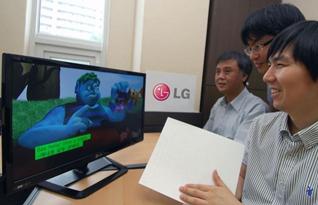 시각장애인이 시각장애인용TV를 사용해 보고 있다.