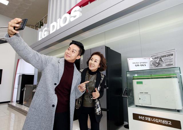 허경환과 이경진이 최초 김치냉장고 앞에서 셀카를 찍고 있는 모습