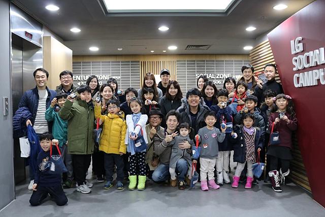 임직원 가족들이 체험 후 청바지로 만든 제품을 들고 찍은 단체사진 (좋았나요?)
