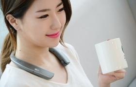 : LG 톤플러스 스튜디오는 넥밴드 디자인에 4개의 외장 스피커를 탑재했다. 2개의 상단 스피커는 사용자의 귀 주변에서 입체적인 사운드를 들려주고, 하단 2개의 진동 스피커는 풍부한 저음을 몸으로 느낄 수 있게 해 준다.LG전자는 美 라스베이거스에서 열리는 세계 최대 가전전시회 CES 2017에서 LG 톤플러스 스튜디오를 선보인다. 27일 모델이 여의도 LG트윈타워에서 LG 톤플러스 스튜디오를 소개하고 있다.