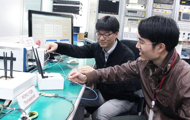 지난달 29일 LG전자 서초 R&D 캠퍼스에서 LG전자 연구원과 연세대학교  연구원이 80MHz 대역폭의 광대역 다중안테나(MIMO, Multiple Input Multiple Output) 기반 'FDR' 통신기술을 시연하고 있다.
