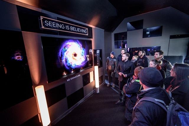 프랑스 파리의 조르주 퐁피두센터 광장에 있는 'LG 시그니처 갤러리'에서 관람객들이 'LG 시그니처' 주요 제품을 둘러보고 있다.