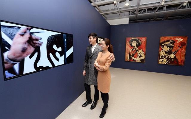 LG전자가 예술의전당 서울서예미술관에서 열리고 있는 '위대한 낙서전'에서 그래피티 예술가들의 작품 제작과정, 행위 예술 등의 영상을 올레드 TV의 또렷한 화질로 소개하고 있다. 관람객들이 사회, 정치적 메시지를 담은 작품으로 유명한 '오베이 자이언트(Obey Giant)'가 그라피티 작품을 만드는 과정을 살펴보고 있다.